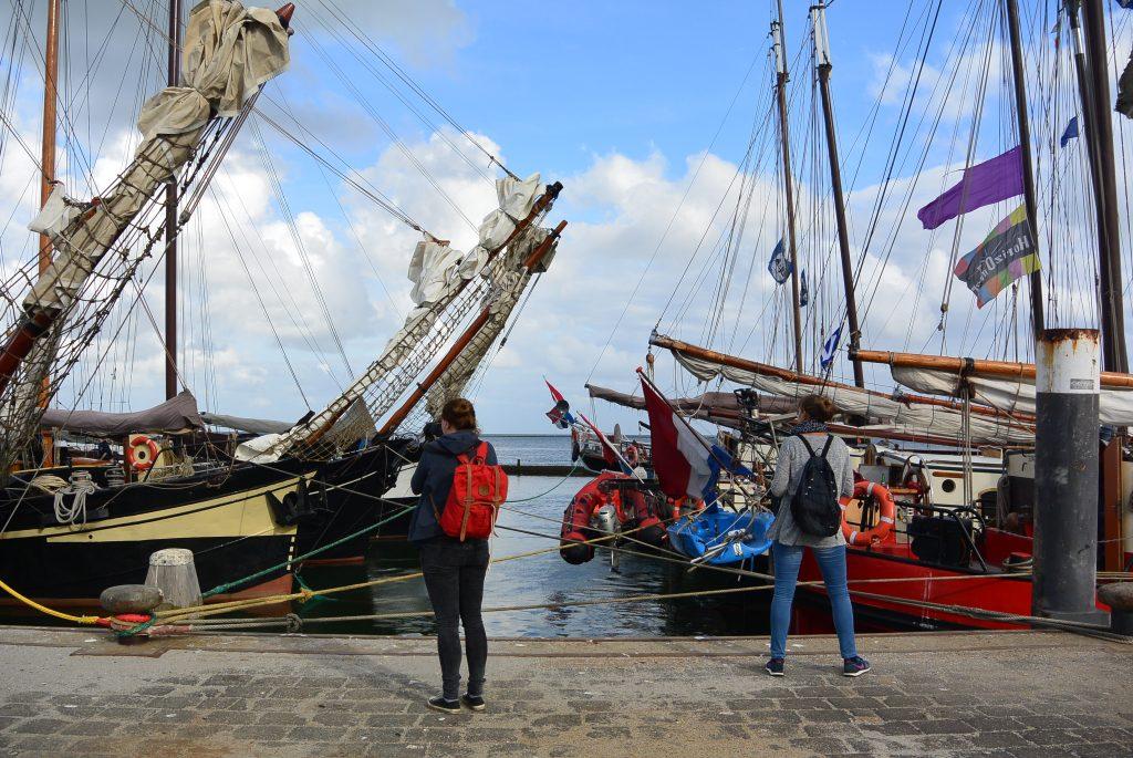 Stéphanie en Anita arriveren bij de boten