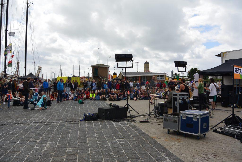 Een middagoptreden in de werkhaven bij West-Terschelling