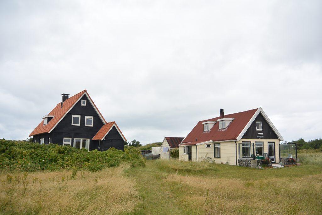 Typische Wadden-huisjes in de duinen op Vlieland