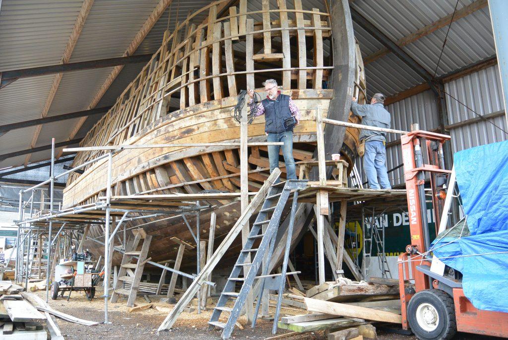 De reconstructie van het oude schip, op traditionele wijze