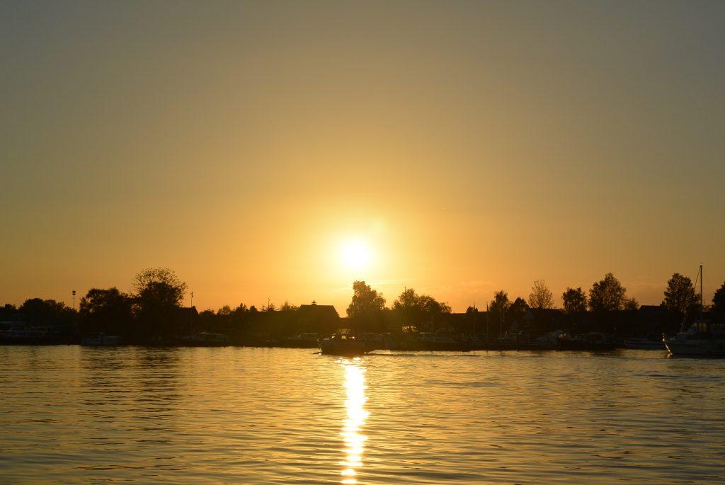 De zon gaat onder in Eernewoude