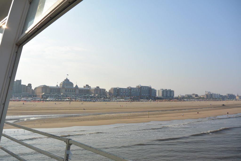 Het Kurhaus vanaf de pier