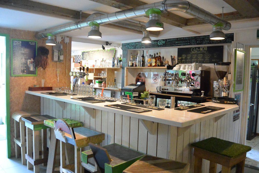 De bar met zelfgemaakte barkrukken