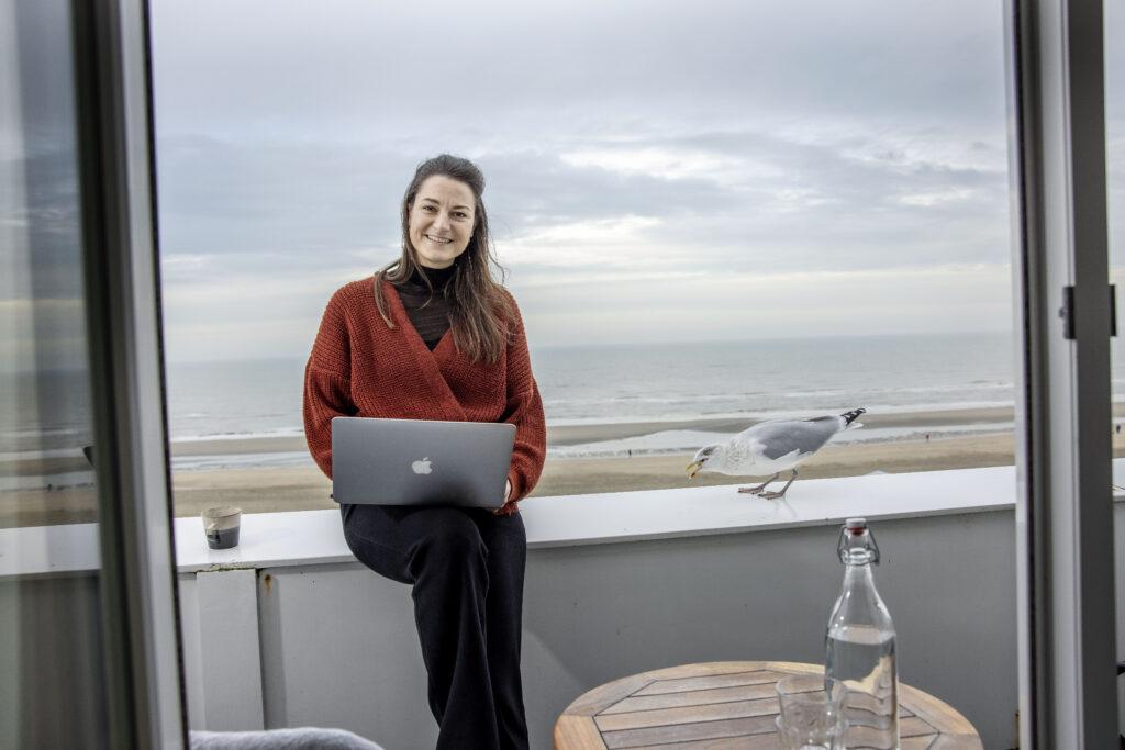 Nederland, Zandvoort, 15 december 2020. Reis Blogger Suzanne van Duijn in hotel Boulevard aan het werk in het kader van workation
